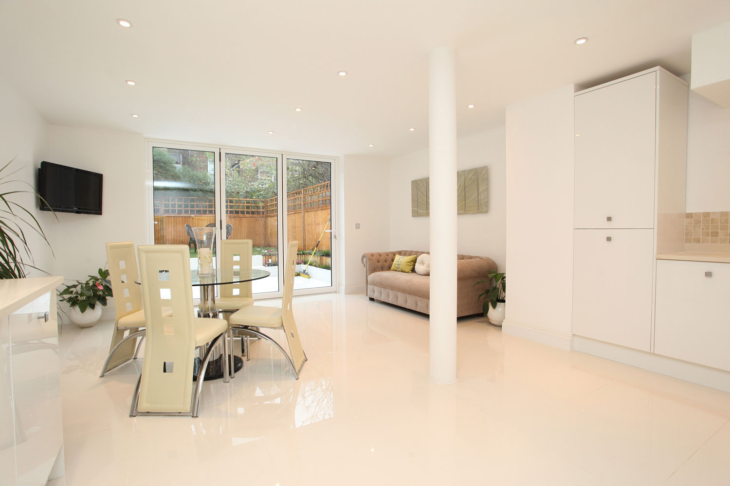 CF68 Reynaers - white sliding folding doors