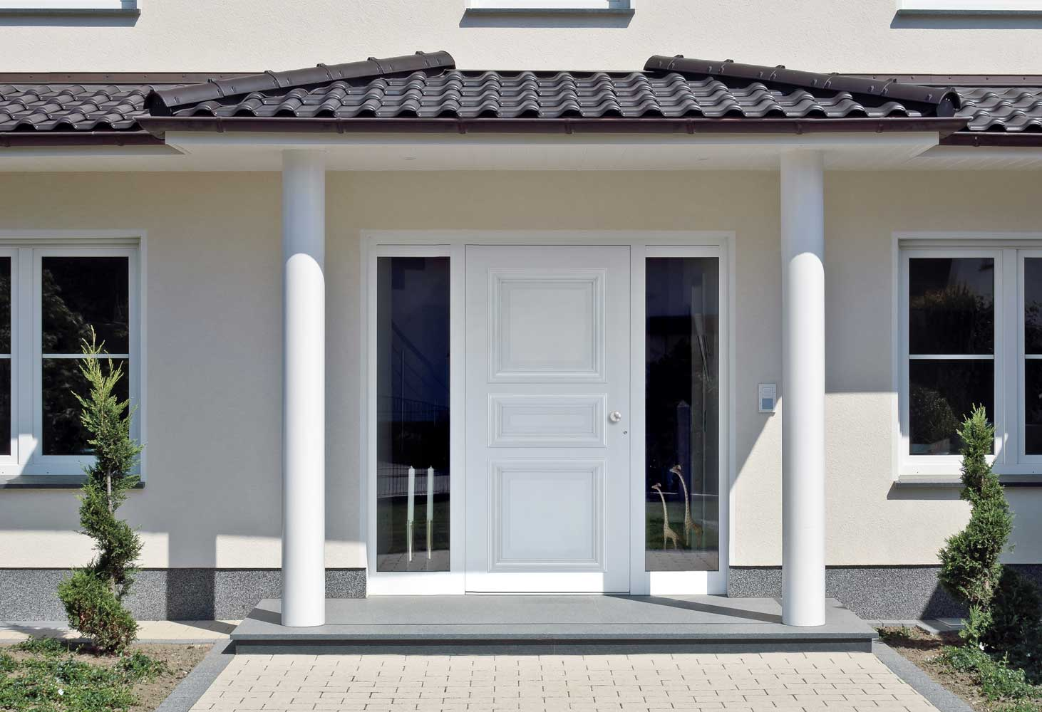 Bruxells Villa white Schuco front door with side panels